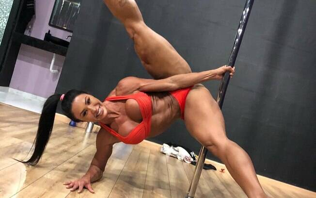 Gracyanne Barbosa filosofa ao fazer pose no pole dance