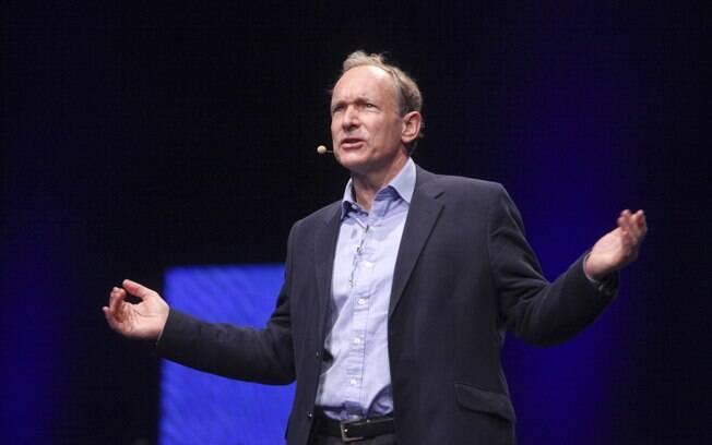 No início dos anos 1990, Tim Berners-Lee criou a linguagem HTML, o protocolo HTTP e o primeiro navegador, elementos cruciais da web