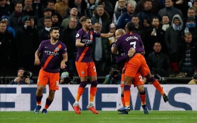 Em partida no estádio Wembley, o Manchester City vence Tottenham e divide liderança do Campeonato Inglês