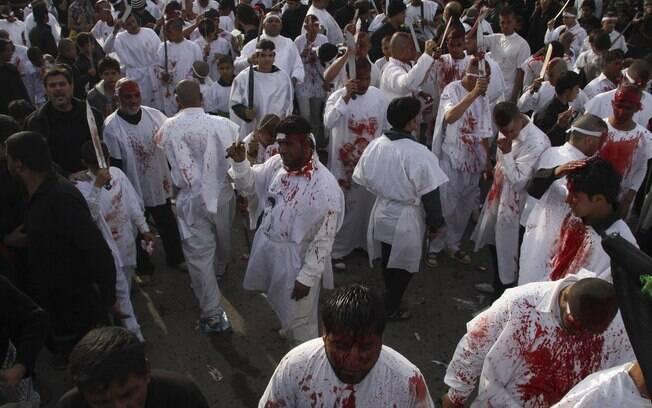 Automutilação: xiitas iraquianos de todas as idades ficam cobertos de sangue enquanto participam da Ashura. Foto: Reuters