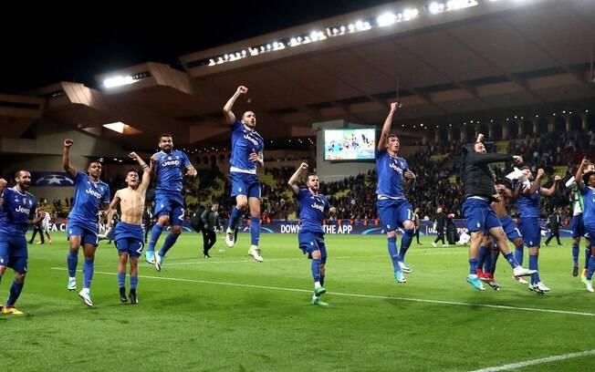 Jogadores comemoram com os torcedores a grande vitória