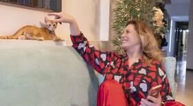 Vera Fischer brinca com o gato de estimação