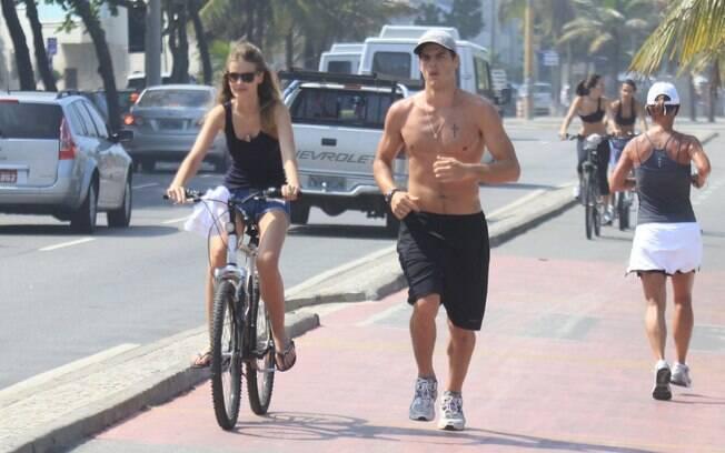 Yasmin Brunet andou de bicicleta enquanto o noivo, Evandro Soldati, corria ao seu lado