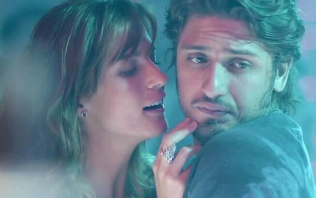 Sofia vai até a boate e cria confusão com Rafael, em