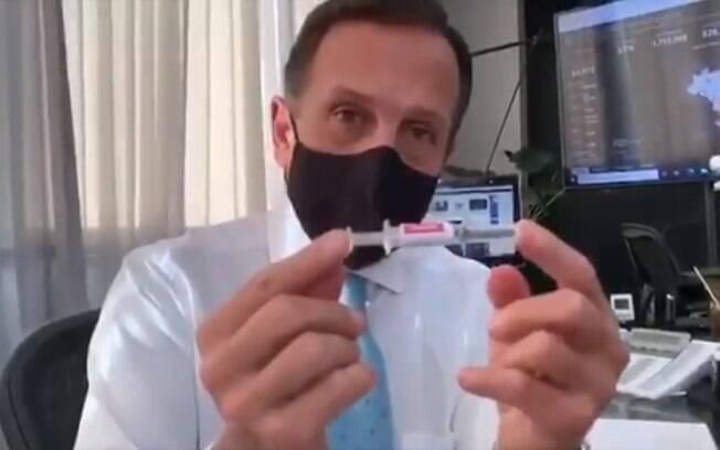 Doria exibe dose da Coronavac e comemora início de testes da vacina