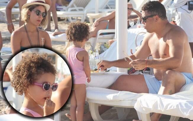Gente como a gente: Ronaldo pede comida na areia