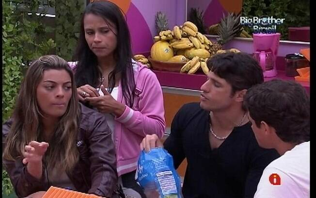 Confinados falam com João Carvalho sobre iguarias