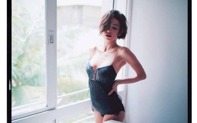 De lingerie sensual, Manu Gavassi capricha no carão e na pose
