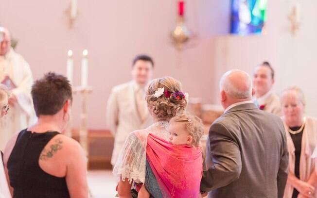 Dalton Mort carregou a filha Ellora, 2 anos, em um sling durante a cerimônia de casamento e fotos chamaram a atenção