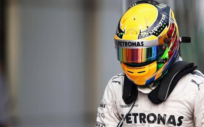 Lewis Hamilton nos boxes da Mercedes. Piloto  inglês foi o quarto melhor no treino  classificatório
