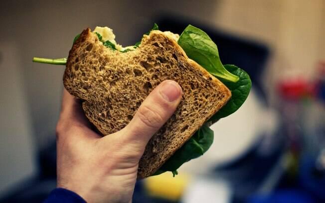 Diversas folhas e verduras também caem muito bem no sanduíche