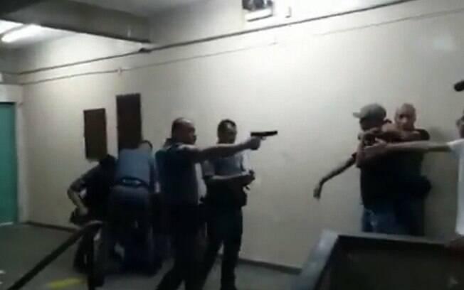 Policial saca arma durante briga em escola de São Paulo