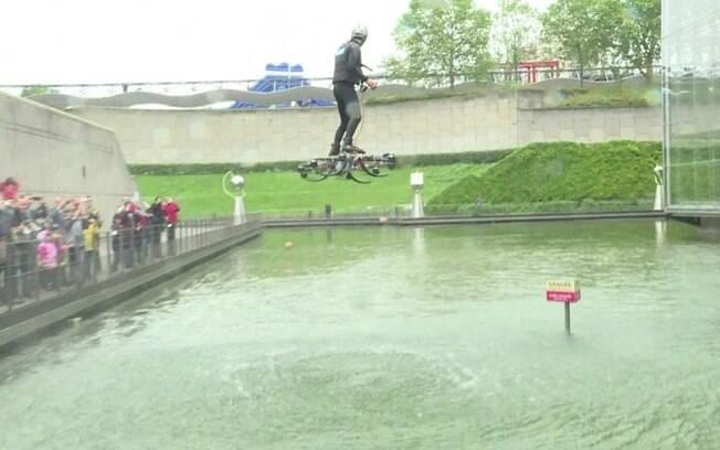Demonstração do skate voador foi realizada em Paris, na França