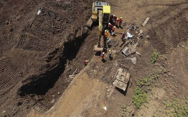 Bombeiros durante buscas de vítimas do rompimento da barragem da Mina Córrego do Feijão