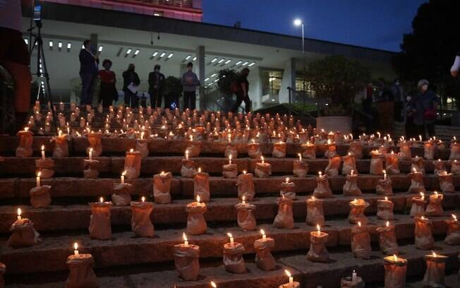 Grupo realiza ato em memória das vítimas da covid-19 no Brasil