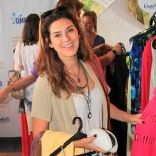 Fernanda Paes Leme faz compras em bazar de Giovanna Antonelli