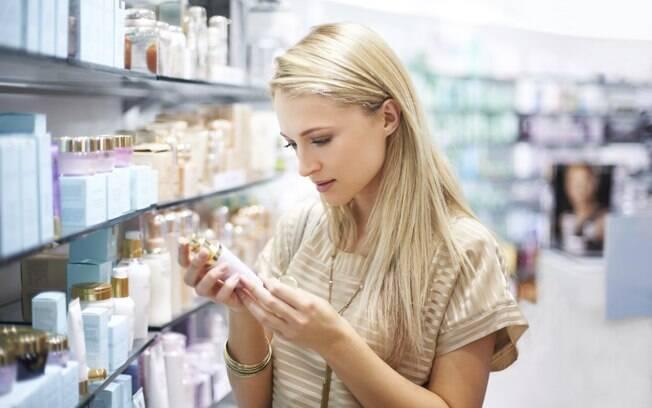 Industrializado ou manipulado? Cada tipo de cosmético tem suas particularidades, fique de olho nos prós e contras antes de escolher