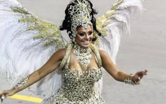 Rainha de bateria Déborah Caetano durante desfile da Nenê