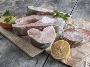Peixes e carnes cruas devem ser congelados sem temperos. Nem sal e pimenta