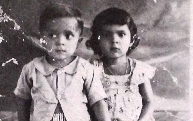 Lula ao lado de uma de suas irmãs em sua infância; em 1952, o ex-presidente e seus 17 irmãos se mudaram para Guarujá