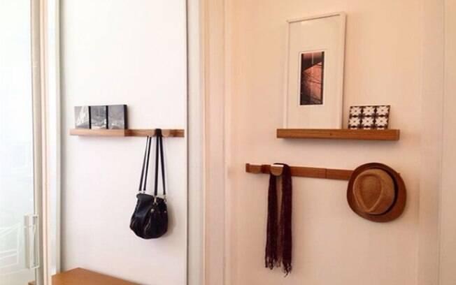 Este cabideiro em madeira ainda tem um aparador para guardar chaves, cartas e objetos ou até apoiar quadros