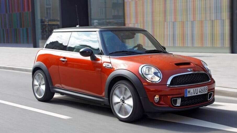 Motor apertado e peças importadas desencorajam a aquisição do Mini Cooper