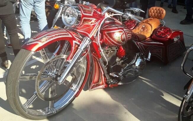 Uma a uma, as mais belas Harley-Davidson chegavam à festa