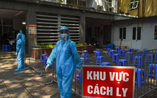 Pessoas com roupa de proteção no Vietnã