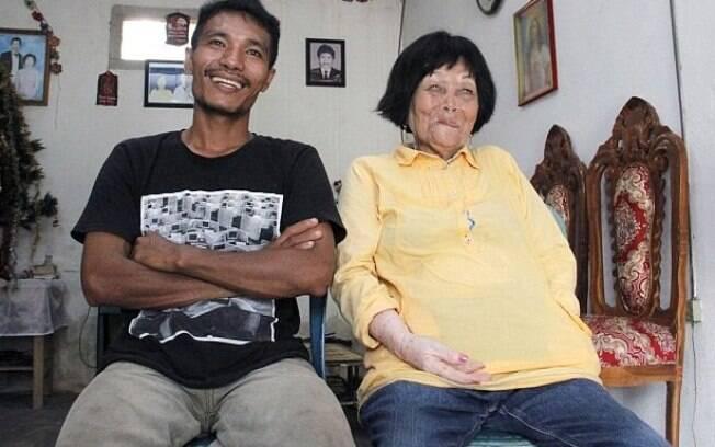 Sofian Lohu Dandel, 28 anos, e Martha Potu, 82, se conheceram ao telefone e se casaram um ano depois da primeira ligação