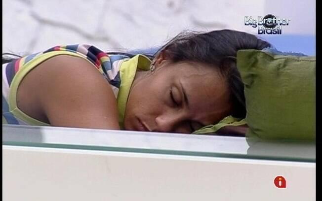 Depois vagar pela casa, Kelly deita no futon