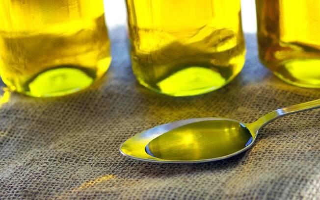 Óleos vegetais de canola e girassol: são ricos em fitoesteróis, substâncias que barram a absorção de gordura da dieta, o que favorece a redução do colesterol. Foto: Getty Images