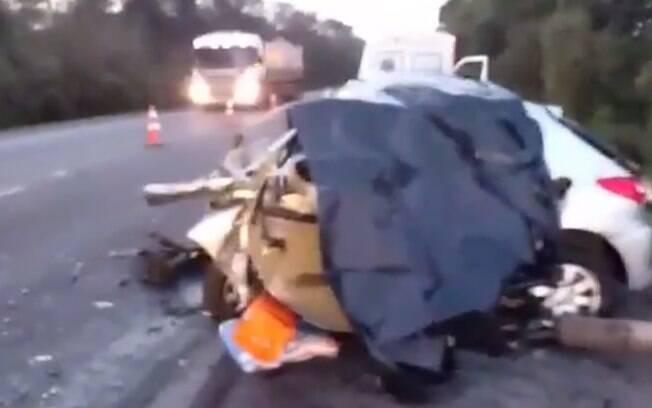 Nas imagens, é possível a destruição causada pela colisão entre os dois veículos