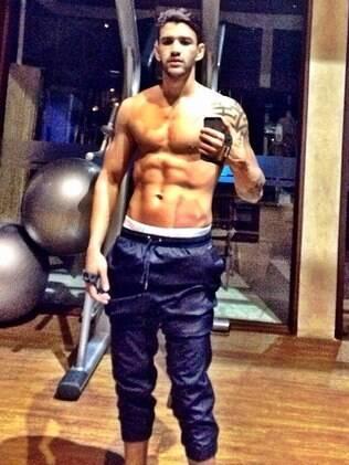 Gusttavo Lima exibe barriga tanquinho no Instagram na madrugada