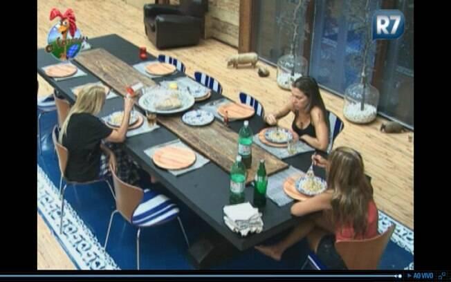 Monique, Joana e Raquel almoçam juntas