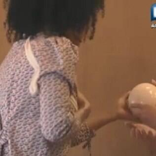 Simone Sampaio entrega o ovo de avestruz para Gretchen