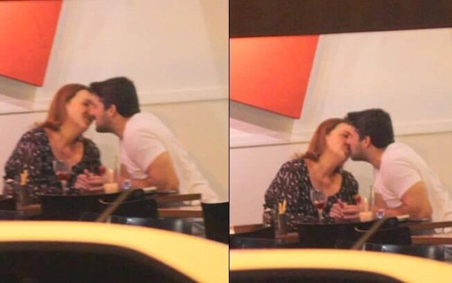 Cláudia Jimenez e Leonardo Moça trocam beijos em jantar romântico na noite desse domingo (08)