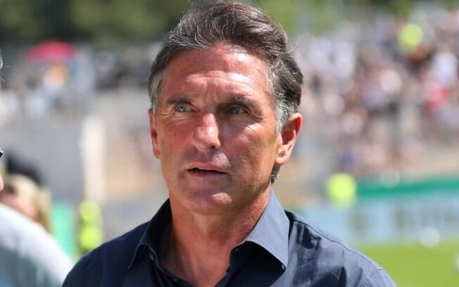 Bruno Labbadia, treinador do Wolfsburg, fará os jogadores lavarem louça como punição