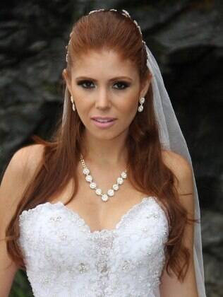 Ex-BBB faz carão em ensaio fotográfico para grife de noivas