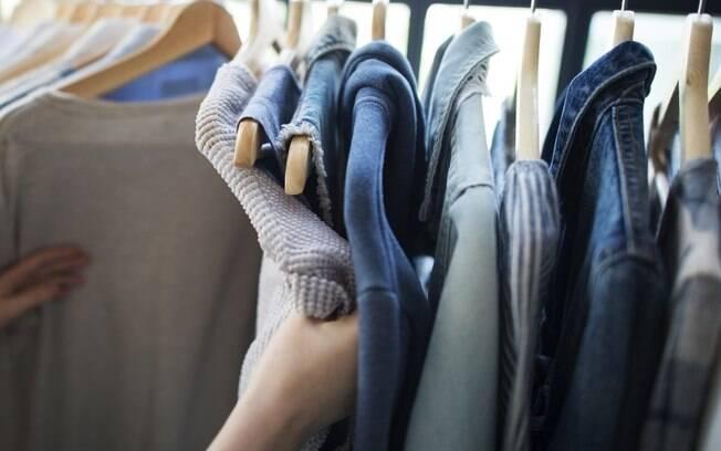 Apesar de pendurar roupas ser mais fácil, algumas peças podem ficar deformadas e devem ser dobradas