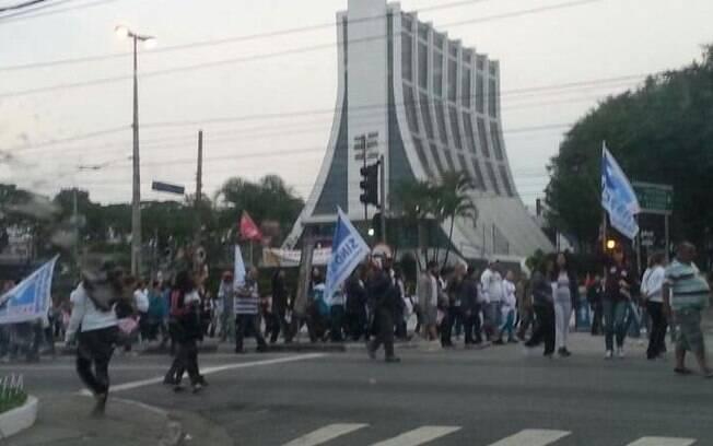 Grupo de servidores públicos realizam passeata no centro de SBC (22/05)