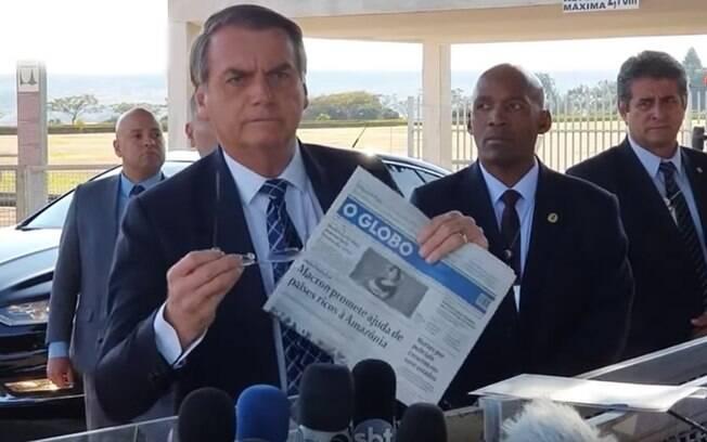 O presidente Jair Bolsonaro vai se queimando sozinho