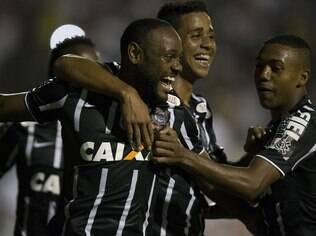Jogadores do Corinthians comemoram o gol de Vagner Love diante do XV de Piracicaba