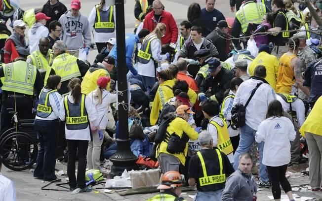Médicos auxiliam feridos após explosões atingirem maratona de Boston, nos EUA (15/04). Foto: AP