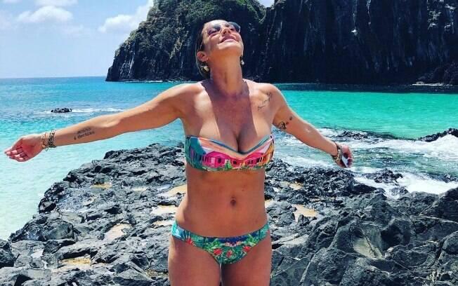 Luana Piovani compartilhou foto de biquíni e fãs comentaram sobre seu umbigo