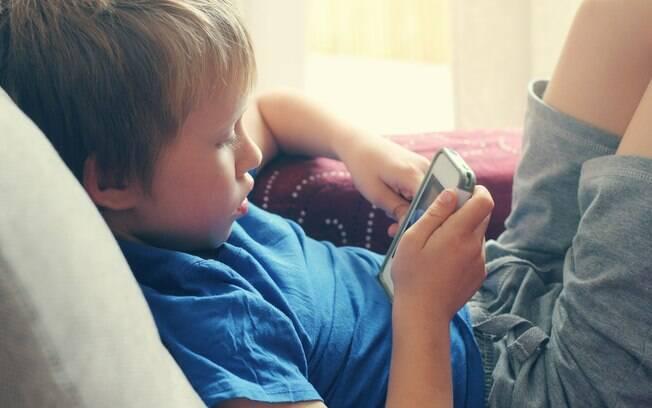Para evitar contato com conteúdos como o da Boneca Momo, os pais devem sempre monitorar o que os filhos acessam