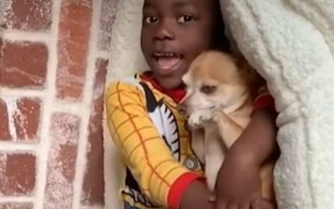 Garotinho e chihuahua são melhores amigos