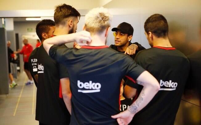 Neymar aproveitou a folga dada pelo Paris Saint-Germain para visitar ex-companheiros de Barcelona