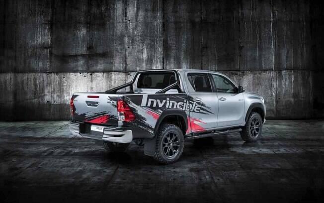 Entre outras exclusividades, a série comemorativa da Toyota Hilux vem com pintura especial e rodas pintadas de preto