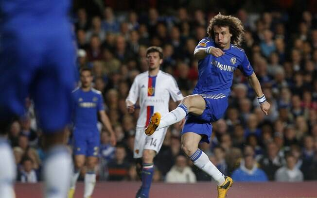 David Luiz arrisca chute ao gol do Basel