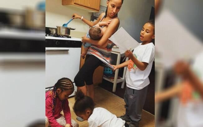 Foto de mãe cuidando de quatro filhos ao mesmo tempo retrata maternidade real e chama a atenção nas redes sociais